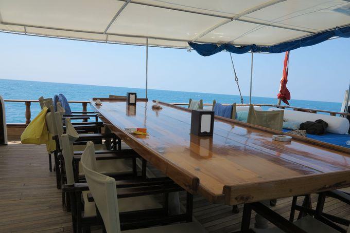 船の食事は、毎日オープンスペースで