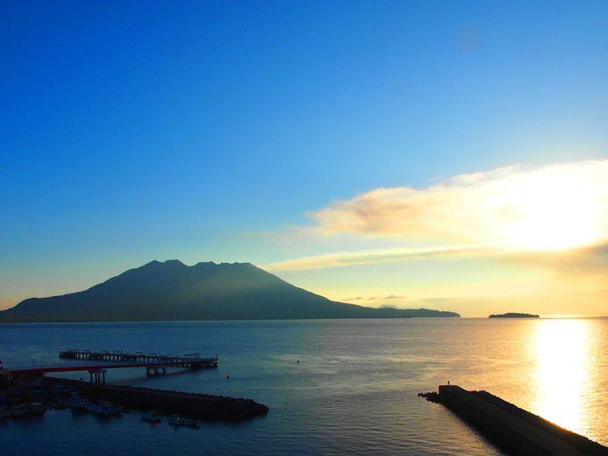 朝日と共に現れる桜島