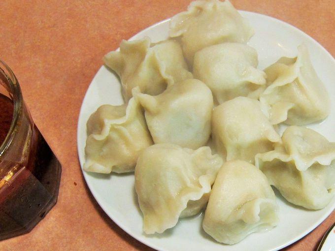 ココナッツ風味のタレで食べる水ギョウザ「山東」