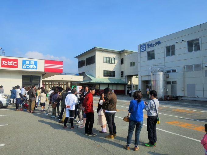 信玄餅詰め放題は、開店前から大行列!