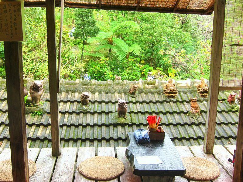 スローな沖縄時間が流れる「やちむん喫茶シーサー園」で不思議な世界に迷い込む