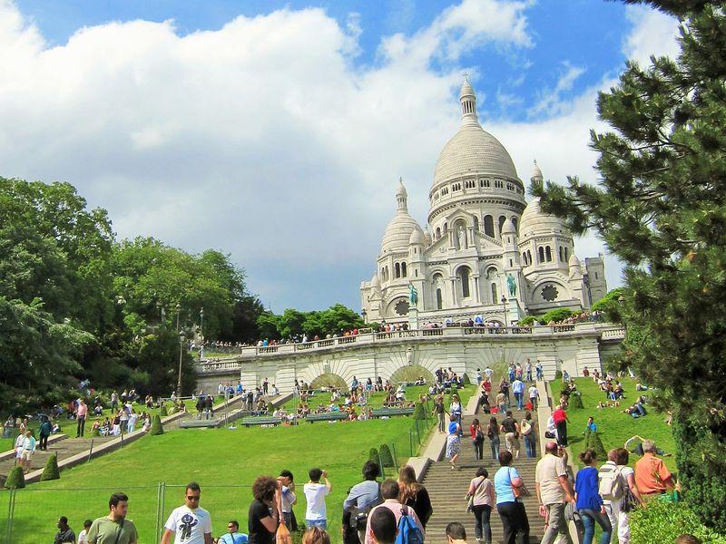 モンマルトルの丘から見渡すパリの絶景!白亜のサクレクール寺院も必見!
