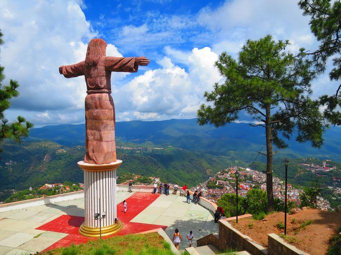 キリスト像が町を見下ろす絶景