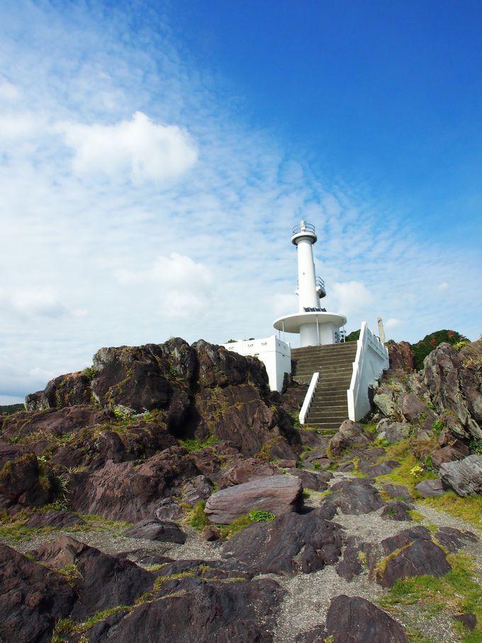 長崎鼻の先端に立つ灯台
