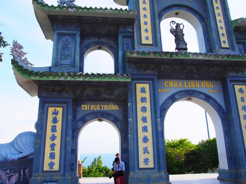 ダナン「リンウン寺」巨大レディブッダと青い海の絶景を楽しむ