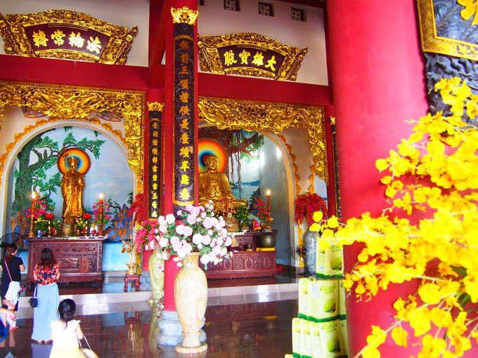 きらびやかな仏像が鎮座する本堂