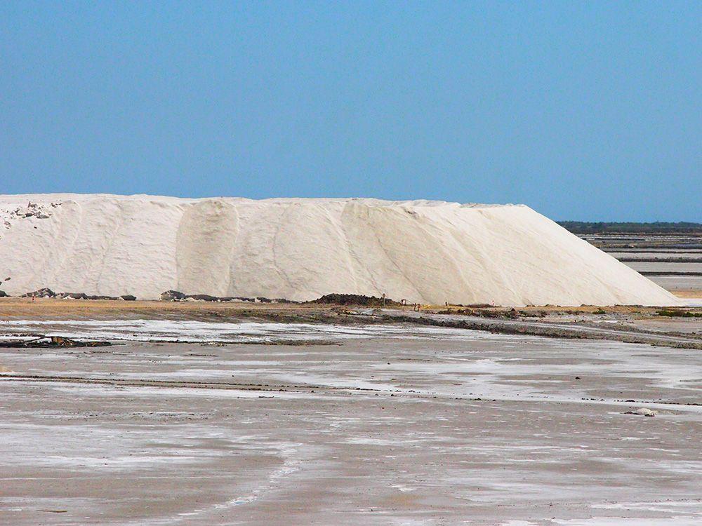 傍には、真っ白な塩の山が!