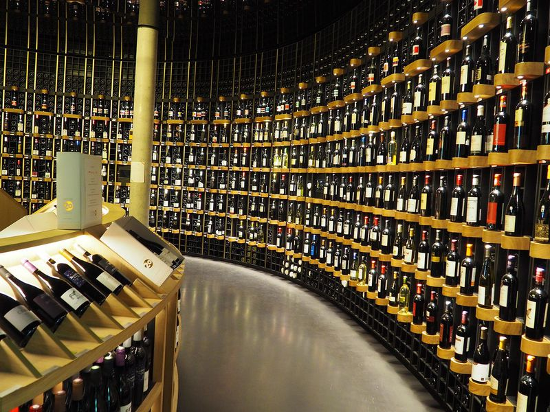 ワインボトルで飾られた天井は見る価値あり!