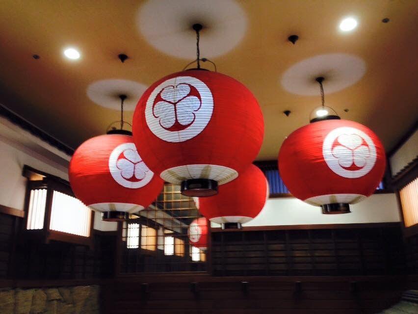 徳川家とゆかりの地であることが分かる「赤い提灯」は、その地にお邪魔した気分に!