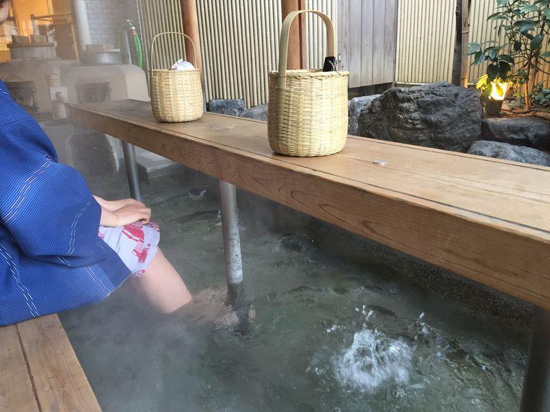足湯に浸かりツマミを作るって、どういうこと!?