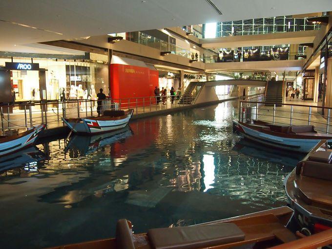 ホテルのロビーで昔ながらのサンパン船体験!