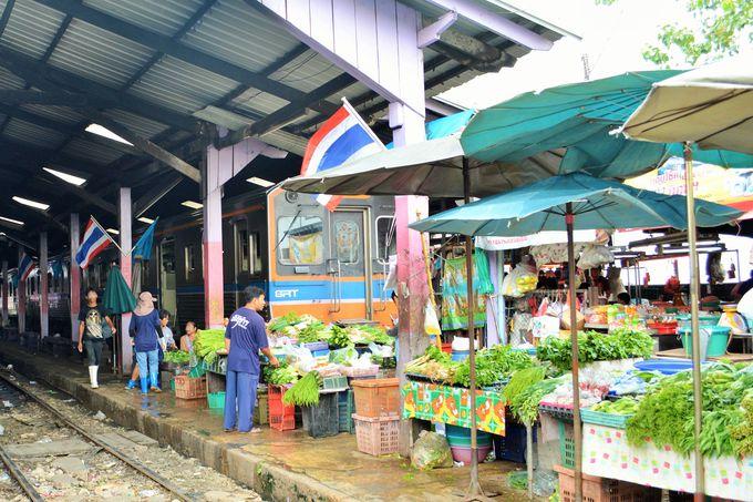 市場と一体化!港町の駅