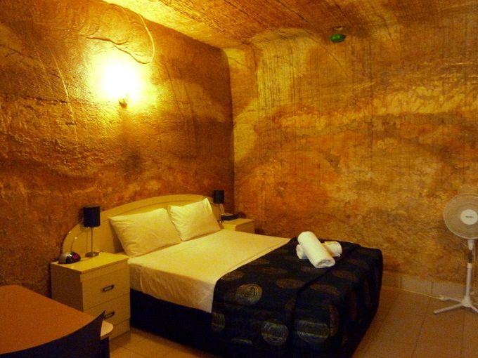 原始人体験!?豪州・クーバーペディの「洞窟ホテル」