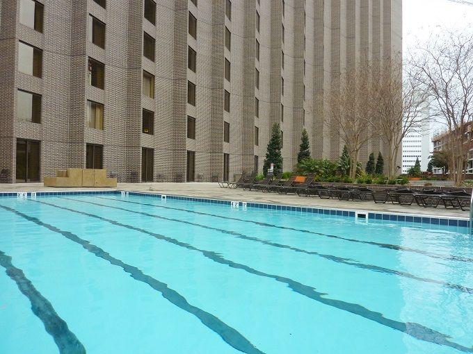 ビル街のプールで、くつろぎのひと時を