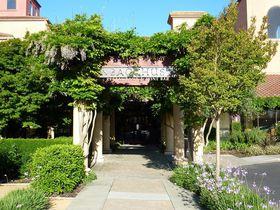 花とワインで乾杯!米サンタローザ「ダブルツリーホテル」は2つのゴルフ場が目前