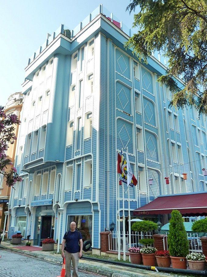 パステルブルーのキュートなホテル