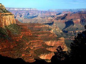 20億年をトレッキング!世界遺産・米国グランドキャニオンの谷間から眺める壮大な岩の芸術