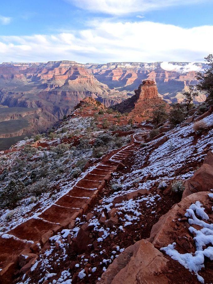3つのトレイルコースで赤褐色の岩肌にいだかれて