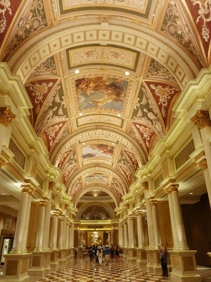 まるで宮殿!フラスコ画の描かれた美しき回廊