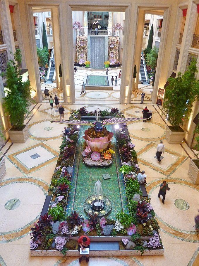 セレブ御用達デパートの入口を飾る黄金の庭園