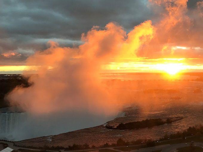 ナイアガラの滝に照り映える朝陽を部屋から望む