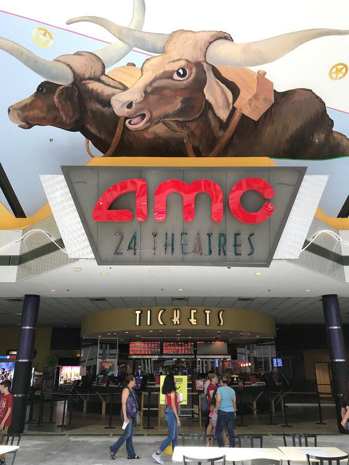 夕方〜夜:ショッピングモールでお土産探し&映画鑑賞はいかが?