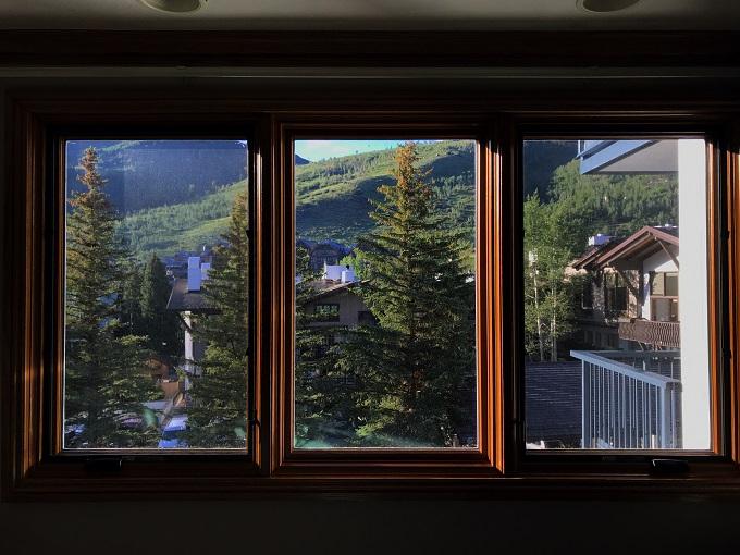 くつろぎの部屋から絵画的な景色を望む