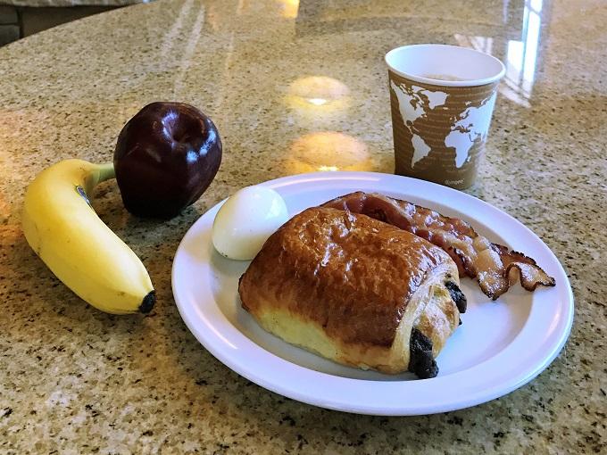 旅の1日は無料の朝食からスタート!