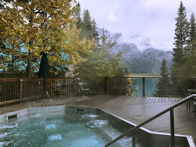 湖を眺めながらカナダ流露天風呂で癒されタイム