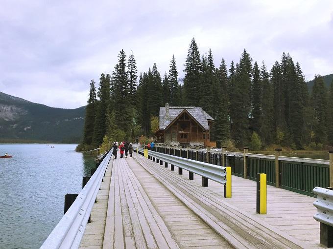 世界遺産・ヨ—ホー国立公園最大の湖「エメラルド湖」