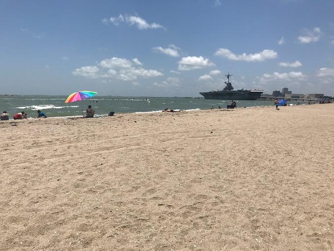歴史的空母の停泊する「ノースビーチ」