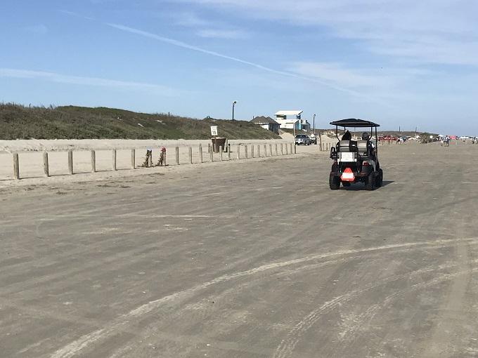 どこまでも続く渚をゴルフカートで駆け抜ける