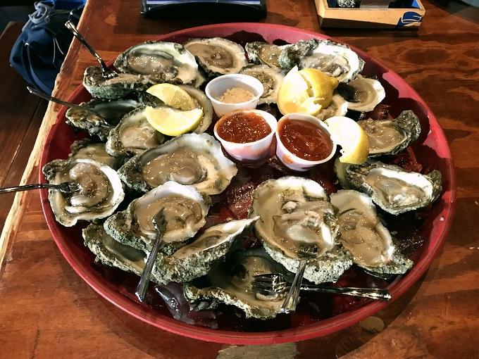 パドレ島:人気店で魚介グルメをリーズナブルに味わおう