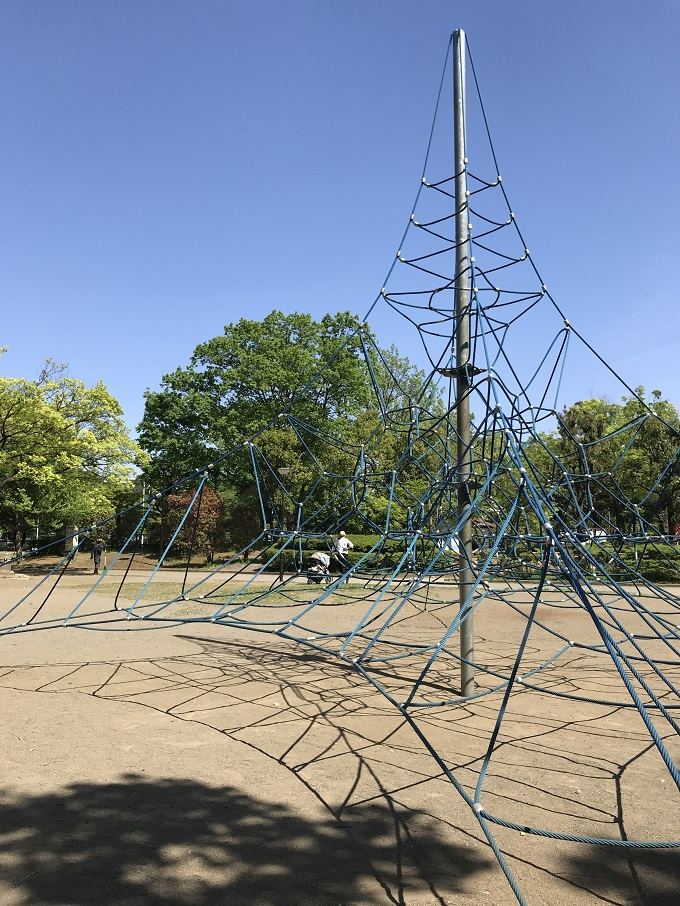 いざ山頂へ!ザイルクライミングが目印の「青葉台公園」