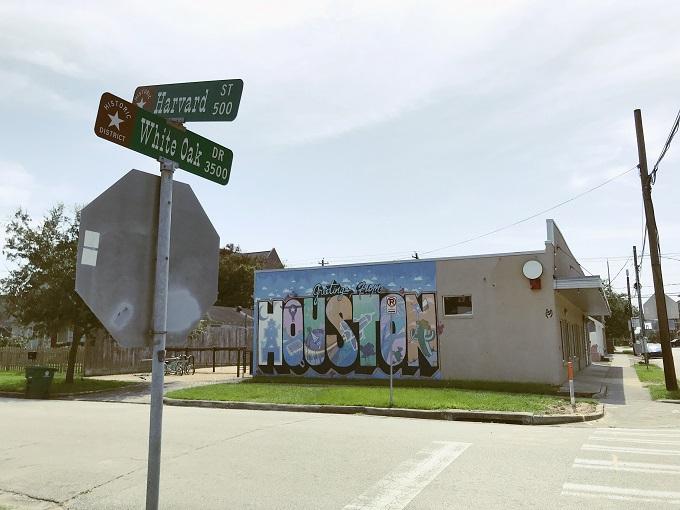 歴史地区にあるレトロなポストカード風壁画