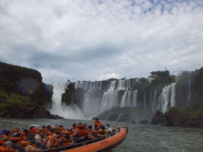 ボートに乗って滝壺から滝を見上げよう