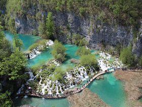 エメラルドグリーンに輝く神秘の滝!クロアチア「プリトヴィツェ」でハイキング