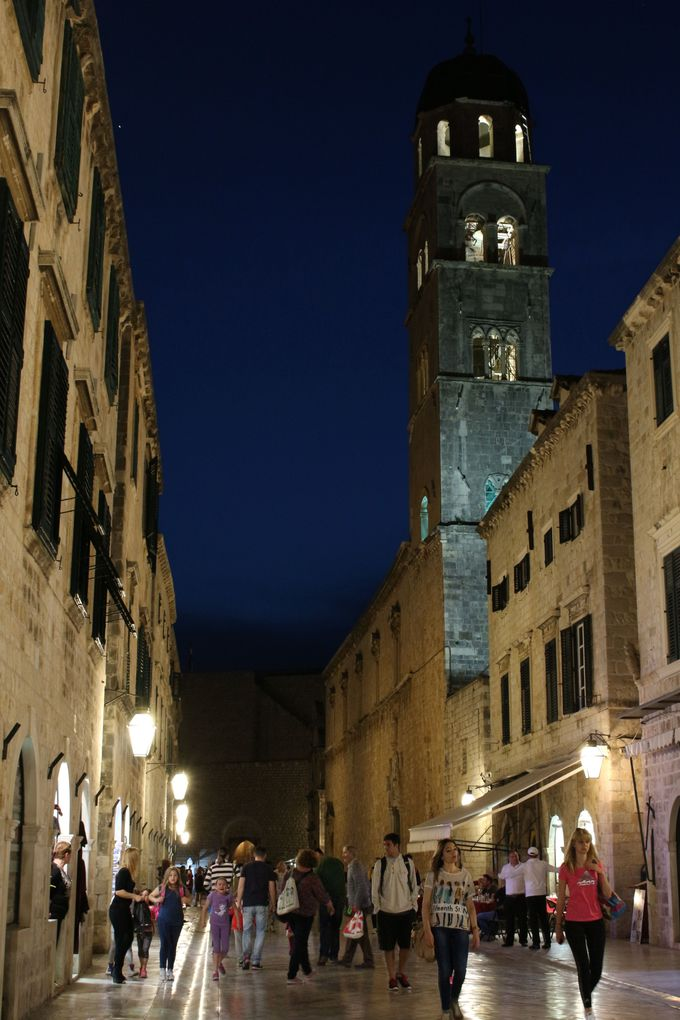旧市街のメインロード「プラツァ通り」