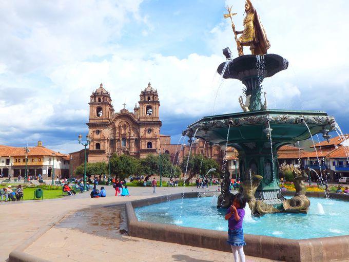 町の中心はアルマス広場