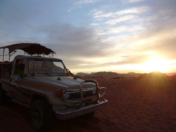 砂漠の満点の星空とさわやかな朝焼け