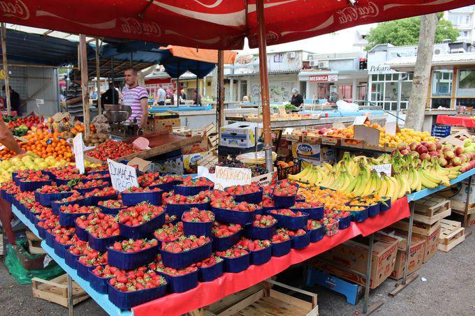 市場には色鮮やかなフルーツがいっぱい!
