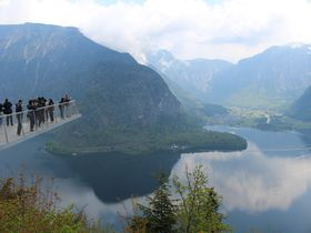 足がすくむ絶景体験「世界遺産展望橋」塩の町ハルシュタットを天空の橋から望む
