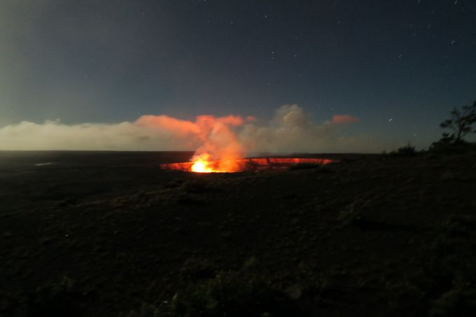 真っ赤に燃え上がる夜のハレマウマウ火口
