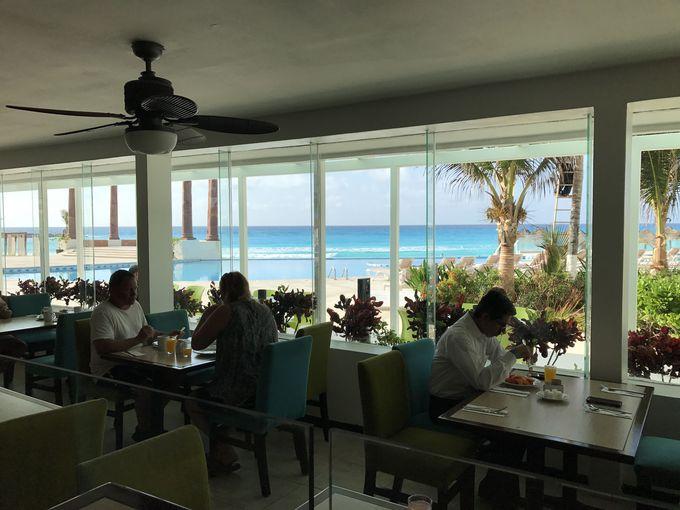 レストランで海辺の朝食を