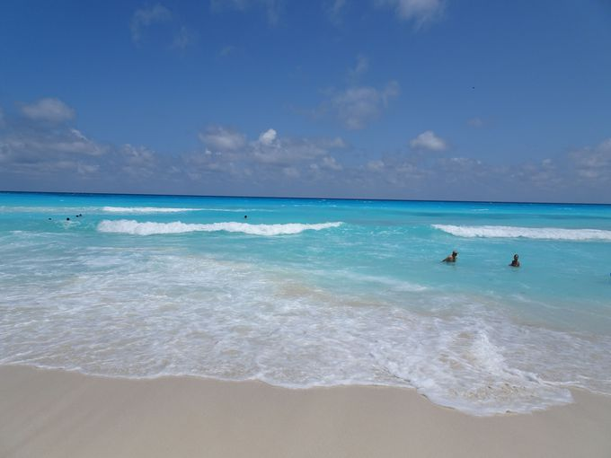 白い砂浜と青い海!カンクンビーチ