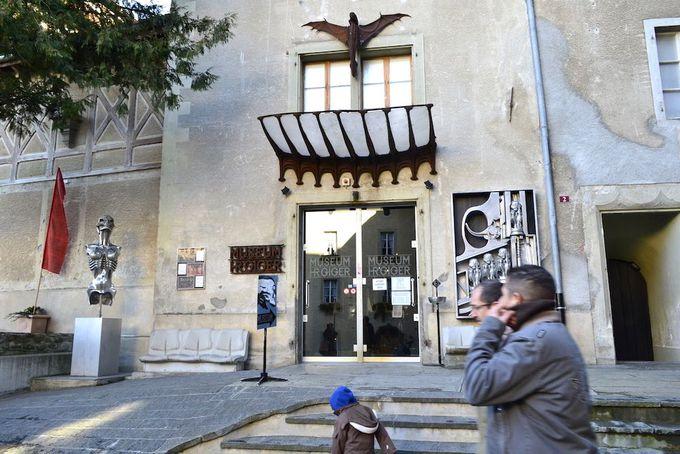 朗らかな景色を背に「エイリアン」で有名な、ギーガーの美術館を訪れる