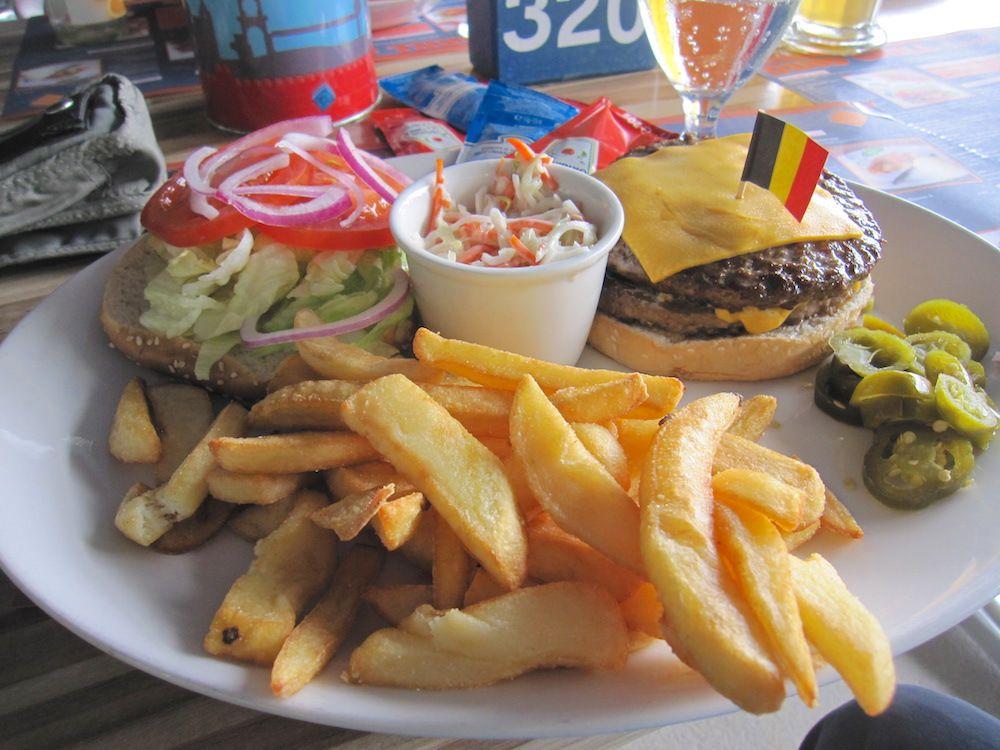 ドイツサイズのジャンボ・ハンバーガーで腹ごしらえ!