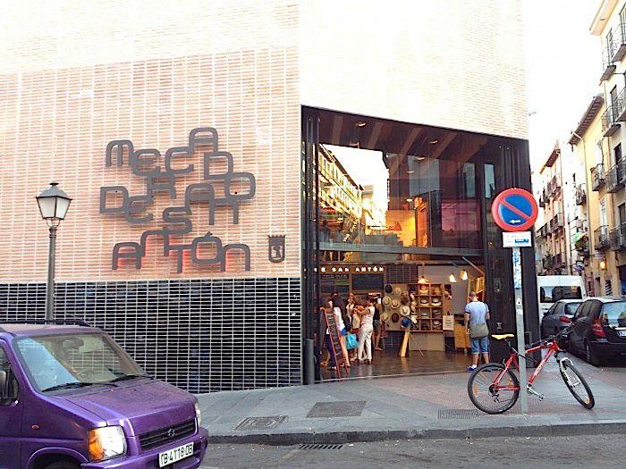 シューズショップ通りの一際目立つ異質の建物サンアントン市場