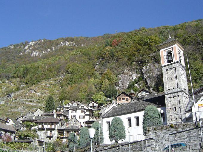 石造りの家と山の自然が創り出す美しい景色