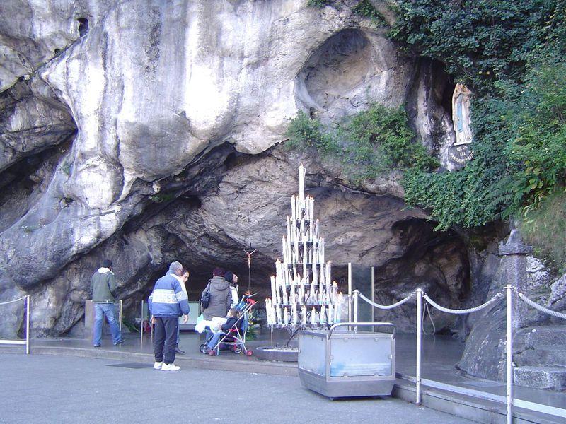 フランス、奇跡を起こすカトリックの巡礼地「ルルドの泉」